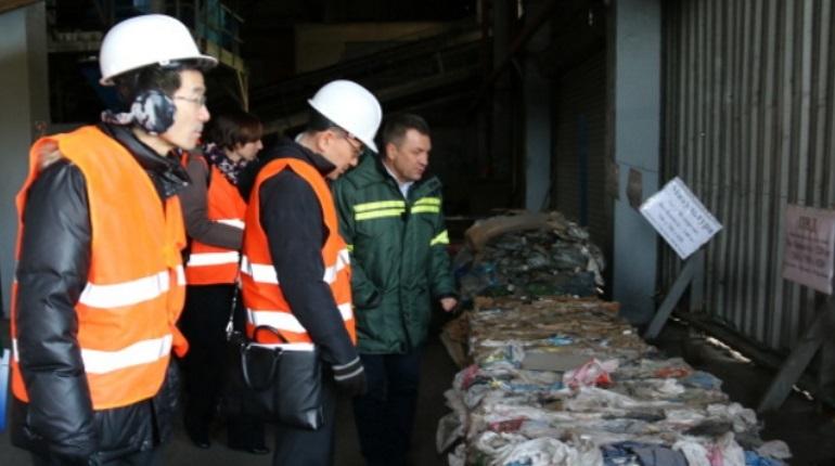 Мусороперерабатывающий завод в поселке Янино-1 по Всеволожском районе Ленобласти собираются расширить так, чтобы он смог перерабатывать 2 млн тонн отходов в год. Проектирование новых сортировочных комплексов начнется уже в следующем году, затем приступят к их строительству.