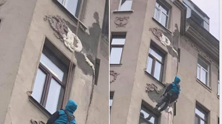 В Петербурге отреставрировать архитектурные элементы здания на Малом проспекте Петроградской стороны, 1/3 пытались с помощью монтажной пены и цемента. Об этом в соцсетях рассказали местные жители.