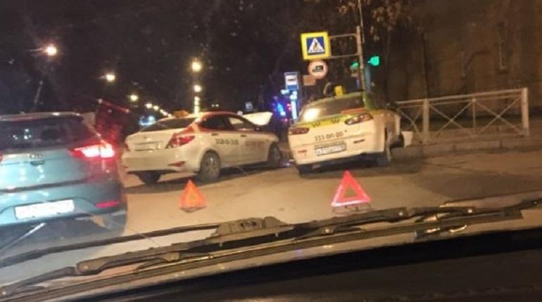 Еще одна авария произошла в Петербурге в «черную пятницу». На этот раз в ДТП попали два автомобиля такси. Один из комментаторов «ВКонтакте» пишет, что машины сильно разбиты, но на снимках этого не видно. Удар пришелся на переднюю часть авто.