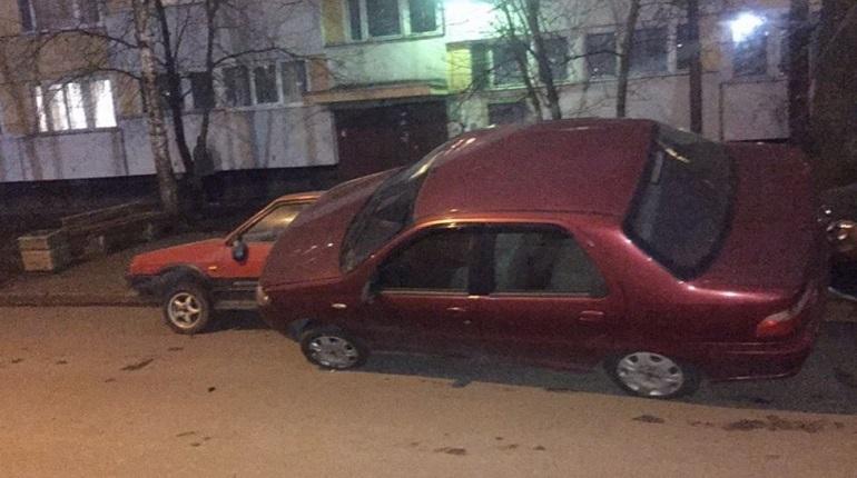 На Дачном проспекте гонщик «аккуратно» припарковался на другие авто