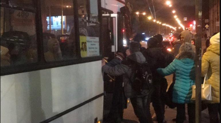 В Петербурге мигранты подрались с водителем и маршруткой