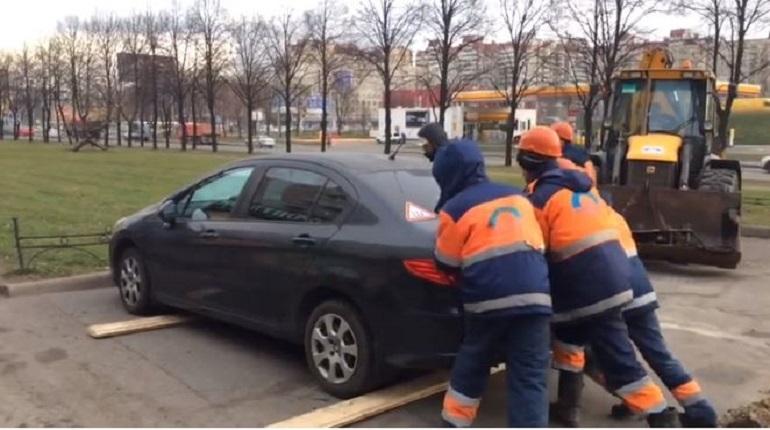 На Народной улице в Петербурге чей-то автомобиль мешает работе аварийной бригады, которая пытается устранить аварию на водопроводе.