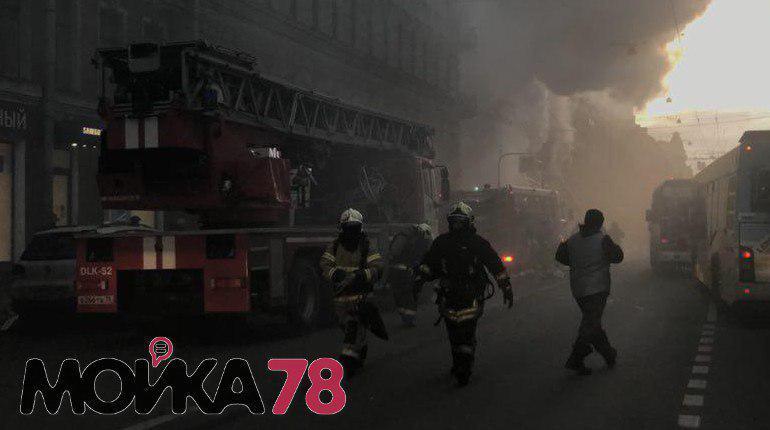 В Петербурге дым от пожара в магазине Bosco на Большом проспекте, 59 заволок улицу. Возгоранию присвоен третий номер сложности, сообщают в главном управлении МЧС по Петербургу.
