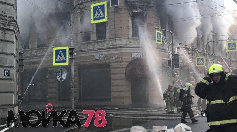 Магазин Bosco загорелся в понедельник в Петроградском районе Петербурга на Большом проспекте, 59. Сообщение о возгорании в МЧС поступило в 15:05. На месте работают пожарные. Людей, по словам очевидцев, эвакуировали через окна. Пользователи соцсетей по-прежнему сообщают о сильном задымлении.