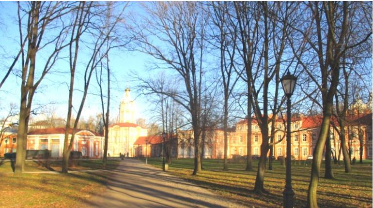 В Митрополичьем саду Александро-Невской лавры в Петербурге было установлено новое освещение. Об этом сообщает СПб ГУП