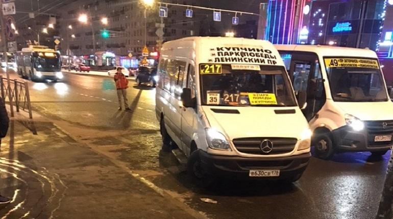 В Кировском районе Петербурга произошло дорожно-транспортное происшествие с участием двух маршруток. Об этом сообщают свидетели аварии в социальной сети