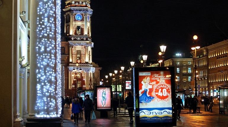 К новогодним праздникам Петербург разукрасят в яркие краски. Декораторы уже начали активную работу по украшению улиц города. В этот раз для петербуржцев и гостей города приготовили новые сюрпризы.