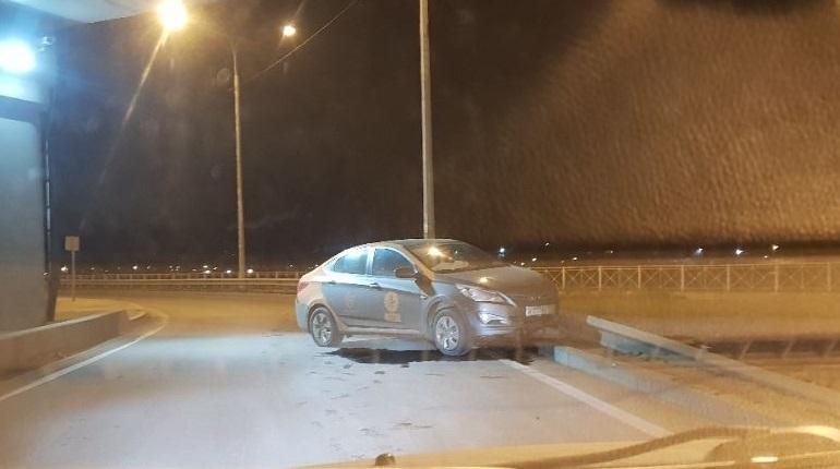 На ЗСД в Петербурге нашли угодивший в ограждение автомобиль сервиса краткосрочной аренды машин