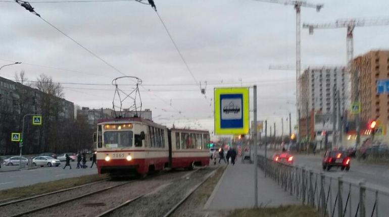 Трамвай сошел с рельсов на Дальневосточном проспекте утром 27 ноября. По словам одном из пассажиров, при торможении на повороте занесло заднюю часть трамвая.