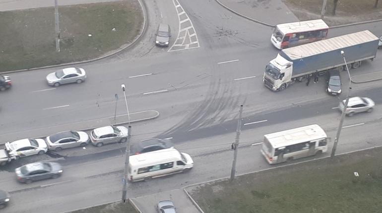 На Ленинском проспекте в Петербурге произошло сразу две аварии. Сначала в цепочку выстроились четыре автомобиля, а спустя несколько минут рядом столкнулись грузовик и иномарка.