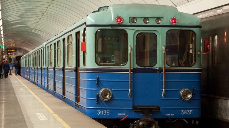 В петербургском метро объяснили, почему все составы раньше были сине-голубого цвета.