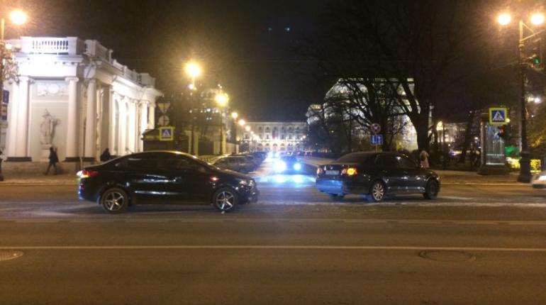 В самом центре Петербурга на Невском проспекте вечером 27 ноября произошло ДТП: столкнулись две иномарки. У одной машины были московские номера.
