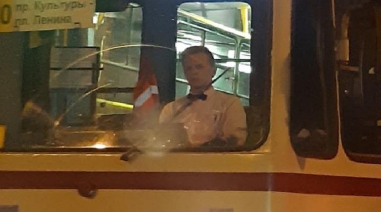 На проспекте Энгельса в Петербурге горожане обратили внимание на водителя трамвая, который был красиво одет в белую рубашку с черной бабочкой, находясь за рулем. Комментаторы тут же начали фантазировать, почему мужчина так принарядился.