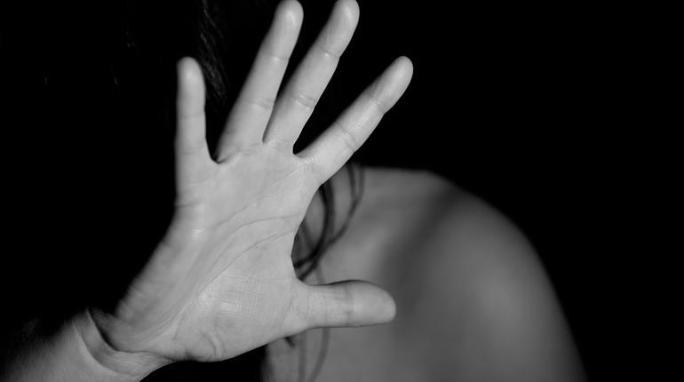 Полиция Приморского района Петербурга задержала  52-летнего петербуржца, который подозревается в развращении 12-летней дочери.