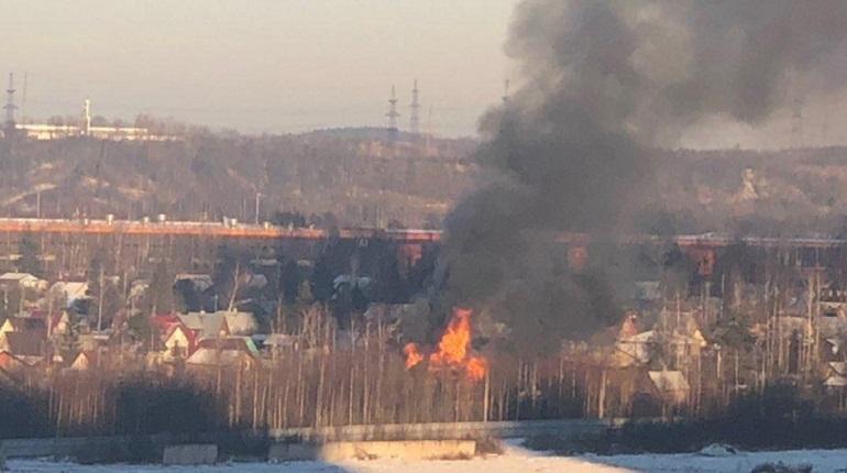 Частный дом загорелся на севере Петербурга днем в среду, 28 ноября. Судя по кадрам с местам происшествия, постройка полностью объята пламенем.