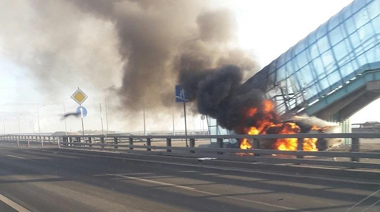 Серьезная дорожная авария произошла на дамбе между Кронштадтом и Горской днем 28 ноября. Ford пробил отбойник и загорелся. В результате водитель получил тяжелые травмы.