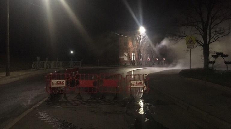 В Кронштадте вечером 28 ноября закончили ремонт на месте прорыва трубы с горячей водой, который произошел днем ранее.