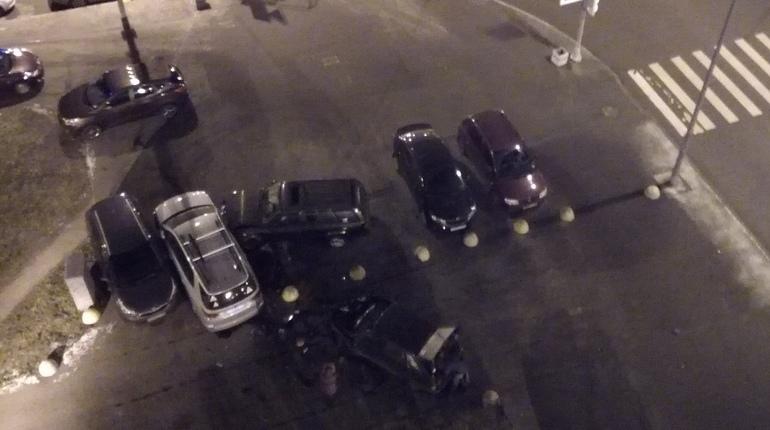 Водитель джипа устроил массовое ДТП в Красносельском районе Петербурга, врезавшись в припаркованные автомобили.