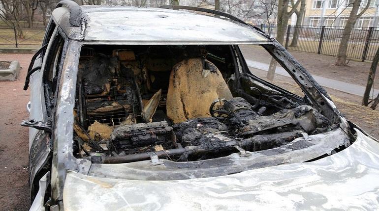 В Красносельском районе Петербурга в ночь с 28 на 29 ноября произошел пожар у дома №223 на проспекте Народного Ополчения. В воспламенившемся гараже находился автомобиль