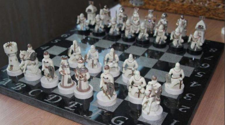 Петербуржец выставил на продажу коллекционные шахматы ручной работы на сервисе бесплатных объявлений