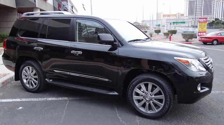 Неизвестный 29 ноября угнал черный Lexus LX570 стоимостью почти 7 миллионов рублей. Дорогостоящий автомобиль был припаркован у дома на Долгоозерной улице. На то, чтобы скрыться на машине в неизвестном направлении, злоумышленнику потребовалось 40 секунд.