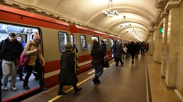 К новогодним праздникам метро в Петербурге приобретет праздничный вид. Об этом сообщает ГУП