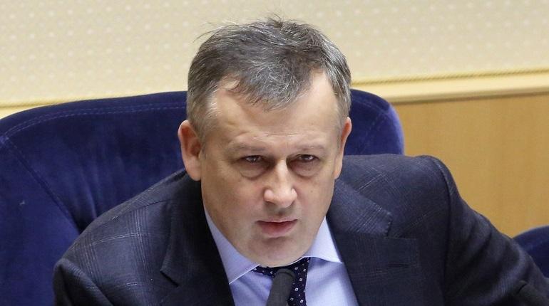 Губернатор Ленобласти Александр Дрозденко обратился с тремя исками в Тосненский городской суд. Таким образом глава региона надеется добиться увольнения двух депутатов и чиновника, подозреваемых в коррупционной деятельности.