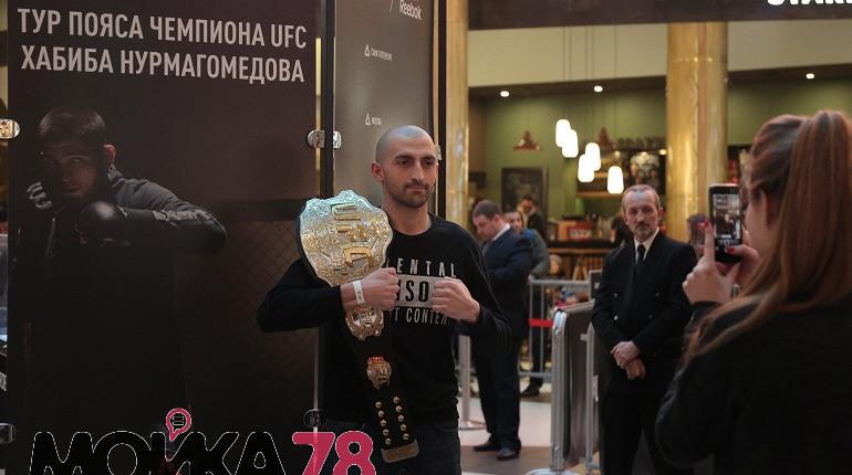 Толпа желающих увидеть чемпионский пояс Хабиба Нурмагомедова собралась в торговом центре
