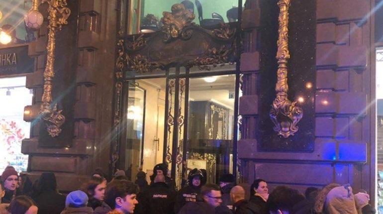 В Петербурге из-за звонка о «бомбе» эвакуируют Дом Зингера