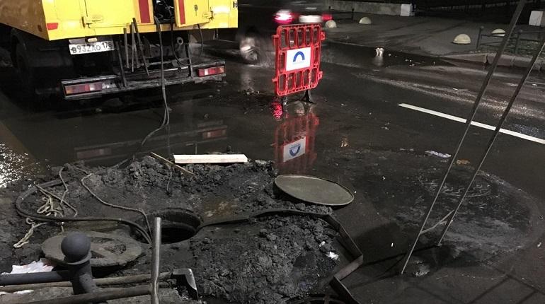 В Василеостровском районе Петербурга произошла поломка на магистральной трубе. При этом вытекания воды на поверхность не было. Сейчас на адресе ведутся ремонтные работы.