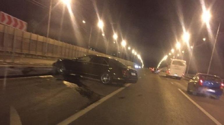 Очередное дорожно-транспортное происшествие случилось в Петербурге вечером 29 ноября. В Приморском районе гонщик слетел с дороги, но не повредил другие автомобили.
