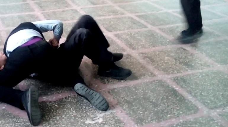 В Петербурге произошла потасовка между учениками шестого класса. Ребята поссорились во время перемены, после чего устроили драку. Один из учеников сильно ударился головой об пол.