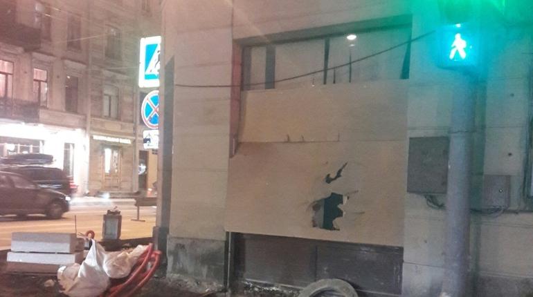 О драке в заброшенной квартире на первом этаже дома 30 по Суворовскому проспекту сообщили местные жители в соцсетях. По их словам, там находится