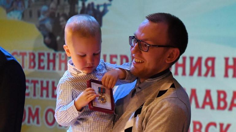 29 ноября Александр Дрозденко вручил 13 почетных знаков