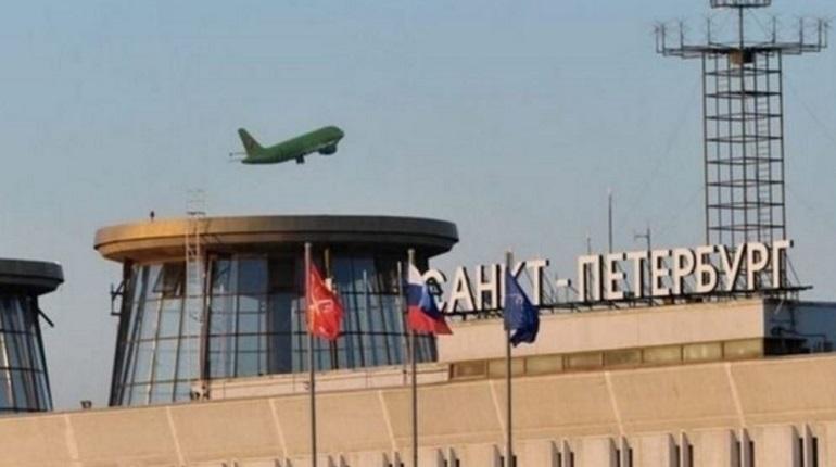 В петербургском аэропорту Пулково задерживается рейс из Петербурга в Ургенч. Петербуржцам придется задержаться в креслах аэропорта из-за ночной задержки.