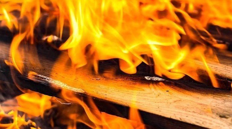 Мужчина и два ребенка погибли при пожаре в частном доме в Кемерово, возбуждено уголовное дело.