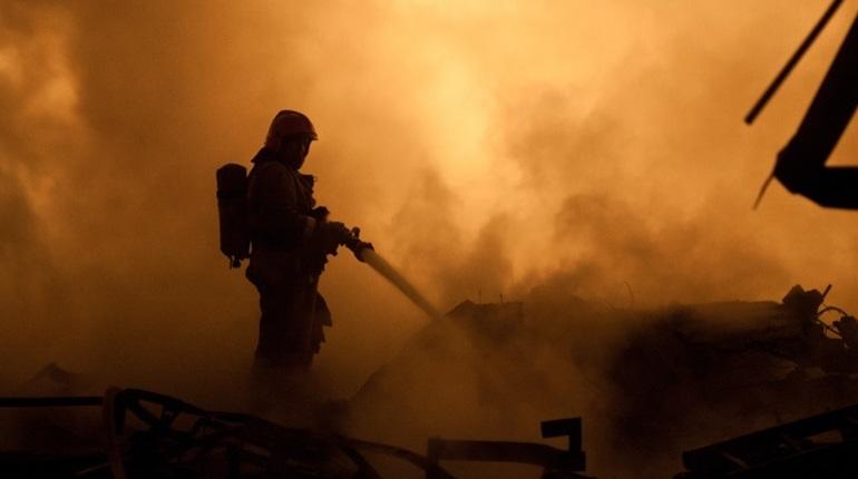 Ночью 30 ноября в Петербурге произошел пожар в здании мебельного магазина. Его тушили больше часа.