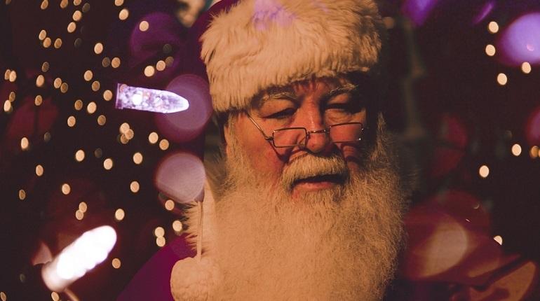 Главный Дед Мороз, путешествующий по всей России, объяснил, что на Новый год машины россиянам не стоит загадывать, потому что они рискуют встретить праздник в пробке.