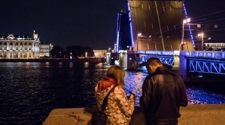 Завершился сезон навигации-2018 в Петербурге. В ночь на 30 ноября в городе в последний раз развели мосты на Неве и ее рукавах. В комитете по развитию транспортной инфраструктуры подсчитали общее количество разводок — оказалось, что в этом году переправы для водителей в ночное время закрывали реже, чем в 2017 году.