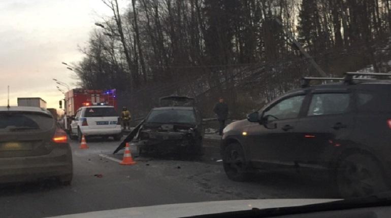 От 4 до 6 машин попали в дорожно-транспортное происшествие в Петербурге вечером 30 ноября. К месту аварии на Пулковском шоссе приехали медики. В сети мнения о причинах ДТП разделились.