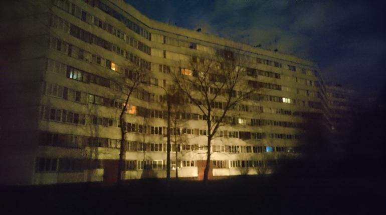Отключение света произошло на юго-западне Петербурга вечером 30 ноября. По словам местных жителей, обесточена улица Пионерстроя.