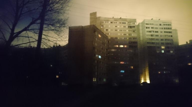 Четыре дома остались вечером 30 ноября без света в Краносельском районе Петербурга из-за технологического нарушения на кабельной линии 6 кВ.