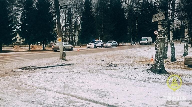 В Выборгском районе Ленобласти 30 ноября автомобиль Skoda Octavia насмерть сбил беременную женщину. Спасти ребенка не удалось.