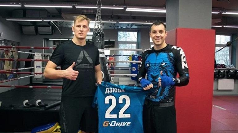 Футболист петербургского «Зенита» Артем Дзюба и боец UFC Александр Волков провели совместную тренировку по боксу. Этот поединок стал началом сотрудничества межу UFC и «сине-бело-голубыми».