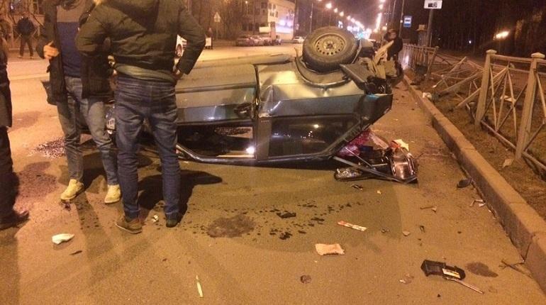 В Невском районе Петербурга произошло серьезное дорожно-транспортное происшествие. Об этом сообщают свидетели аварии в социальной сети