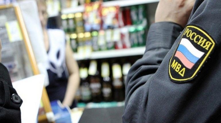 Полицейские нашли контрафактный алкоголь в магазине Ломоносовского района Ленобласти. В деревне Яльгелево изъяли из незаконного оборота 260 литров подозрительного спиртного.