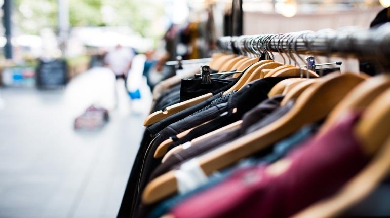 Вещи с признаками подделки под известные бренды обнаружили сотрудники полиции в одном из магазинов Приморского района. Стражи порядка изъяли из незаконной продажи около 200 наименований верхней одежды.