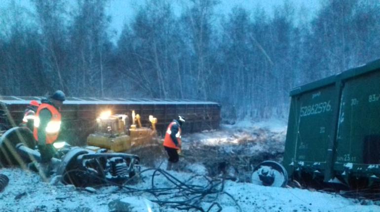 В сети опубликовали фотографии сошедшего с рельсов грузового поезда в Омской области, который шел на ремонтный завод. На них видных перевернутые вагоны и части техники.