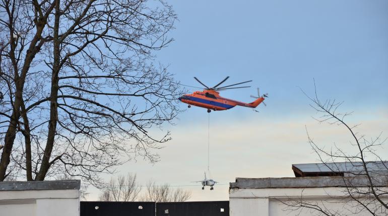 В соцсетях опубликовали видеозапись операции по доставке в Кронштадт самолета Су-24 с помощью грузового вертолета Ми-26.