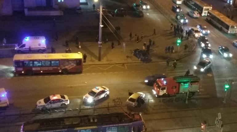 Серьезная авария произошла вечером 1 декабря на проспекте Просвещения. В результате столкновения одна из машин пробила ограждения трамвайных путей, а другая вылетела на тротуар. Очевидцы сообщают о пострадавших.